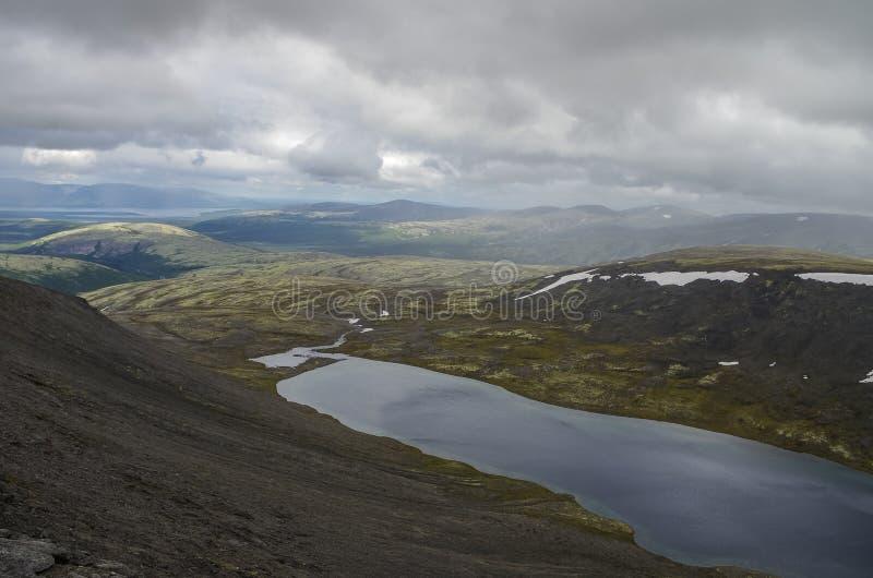 Lac mountain en vallée avec des mousses et des roches couvertes de liche image libre de droits