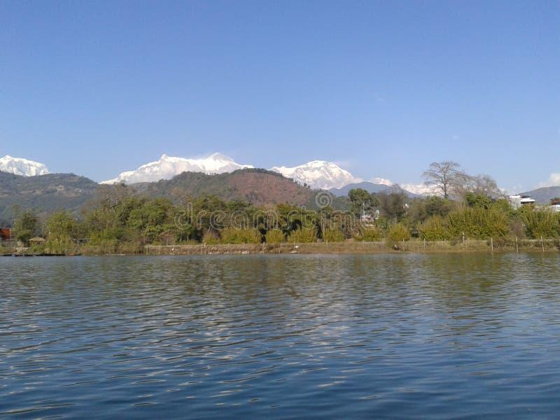 Lac Népal Phewa avec la montagne de neige photo libre de droits