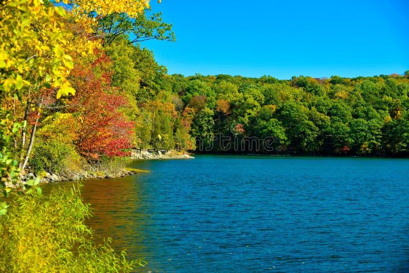 Lac new England dans l'automne tôt photos libres de droits