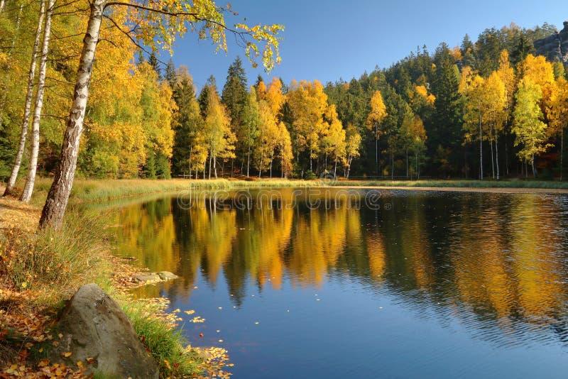Lac noir dans des roches de Jirasek dans la République Tchèque images libres de droits