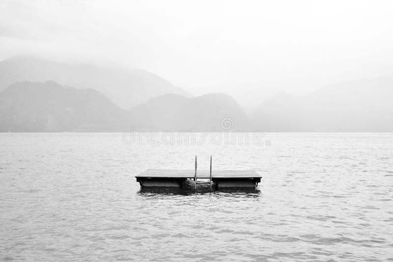 Lac noir et blanc avec la plate-forme photos stock