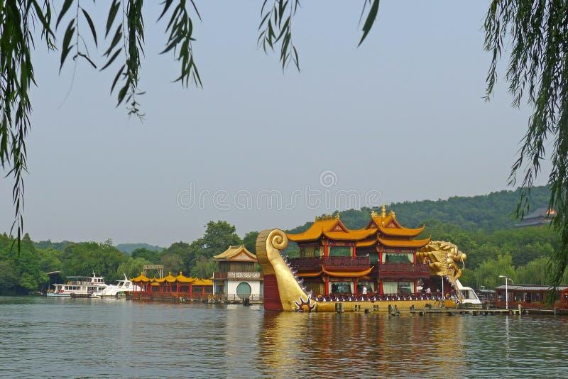 Lac occidental avec des bateaux de dragon photos stock
