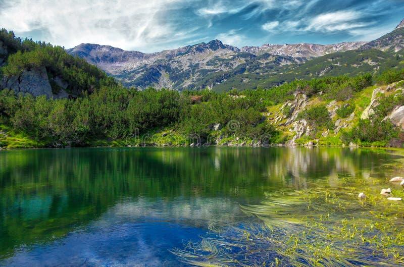 Lac Okoto dans la montagne de Pirin, Bulgarie photos stock