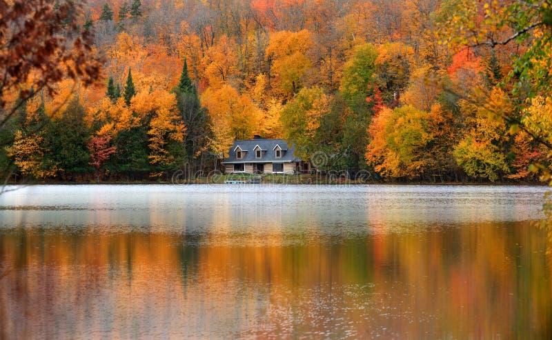 Lac Ouimet près de Mont Tremblant au Québec photographie stock libre de droits