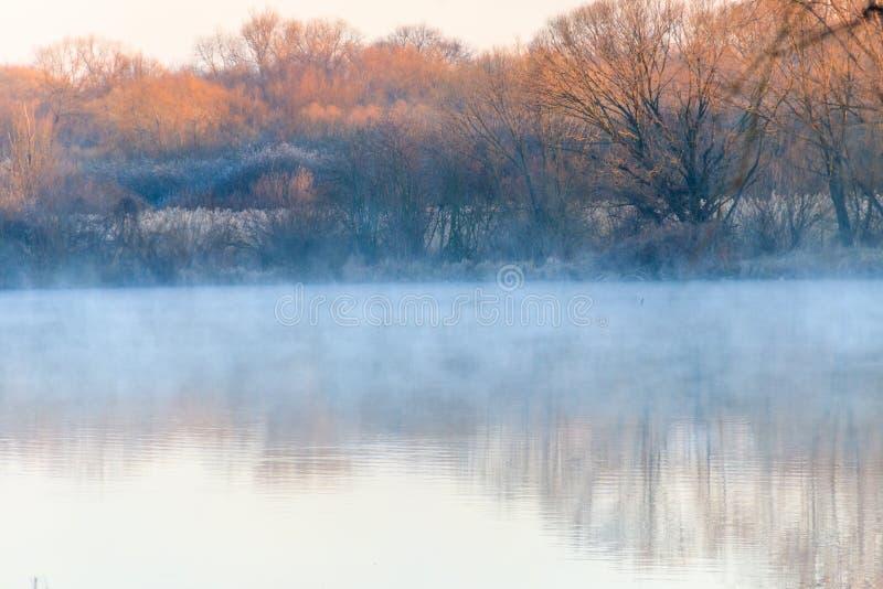 Lac paisible dans la brume image libre de droits