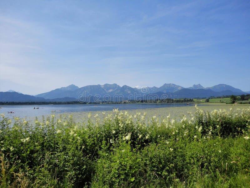 Lac par les montagnes photos stock
