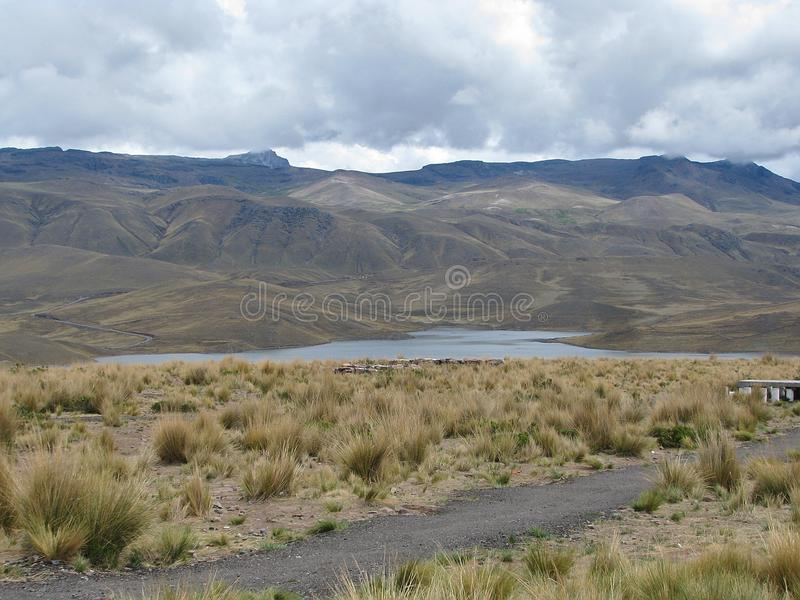 Lac parmi les montagnes à Arequipa, Pérou image stock