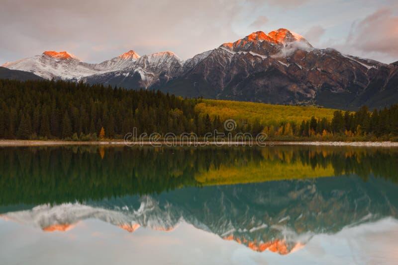 Lac patricia et montagne de pyramide, Canada photographie stock