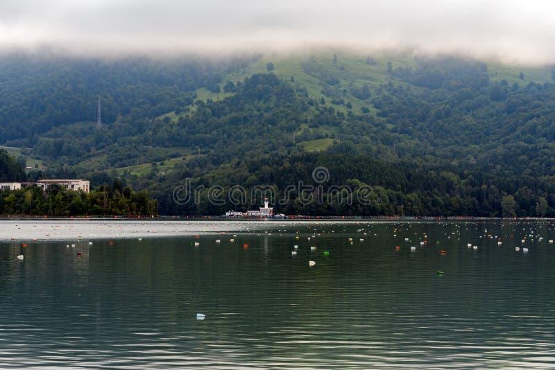 Lac pollué dans les montagnes photographie stock