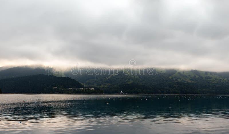 Lac pollué dans les montagnes photo stock