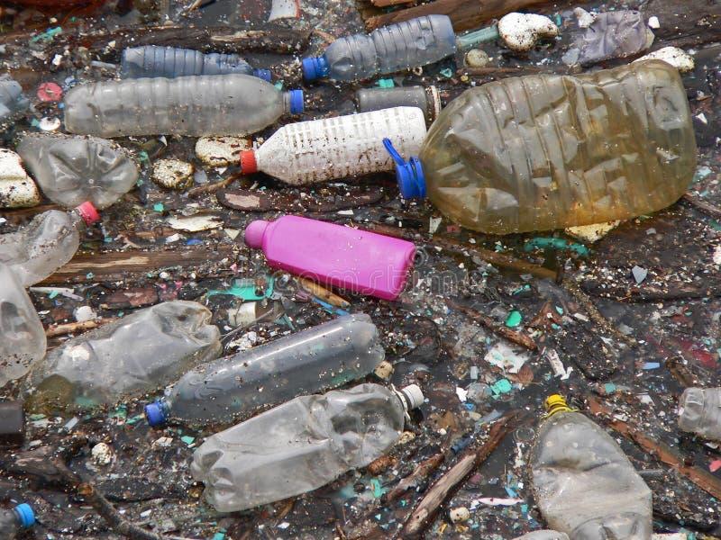 Lac pollué Pollution dans l'eau Bouteilles en plastique Les maladies et maladies photographie stock libre de droits