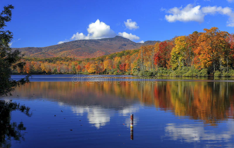 Lac price, Ridge Parkway bleu, la Caroline du Nord image libre de droits