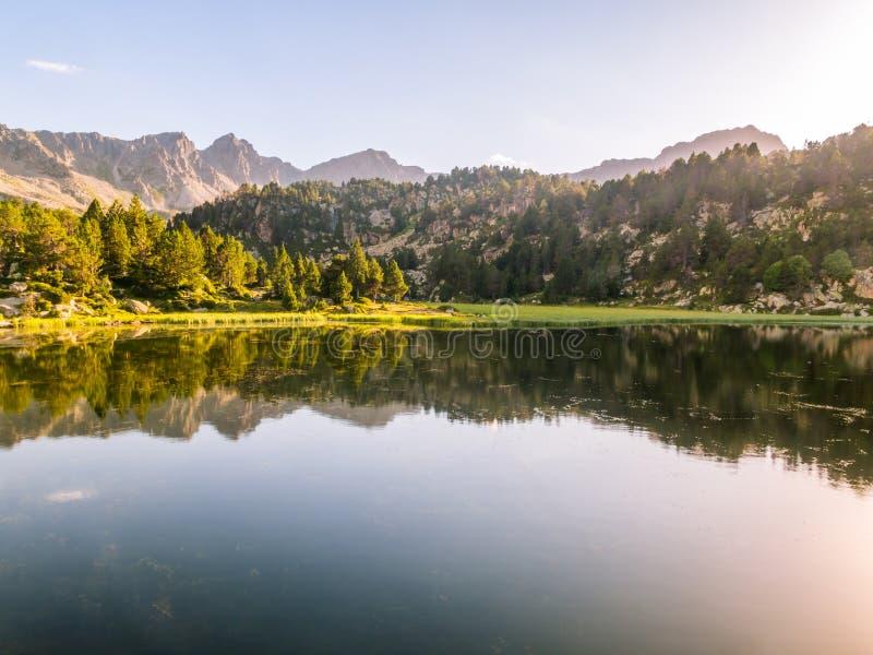 Lac primer d'Estany montagnes en Andorre, Pyrénées photographie stock libre de droits