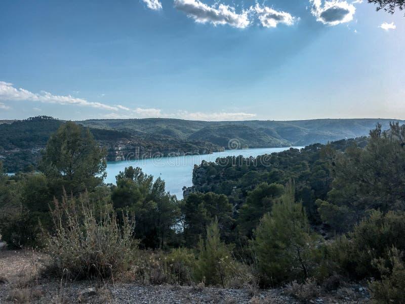 Lac proche d`Aix en Provence. Balade proche d`Aix en Provence sous ciel bleu. Weekend et vacances en Provence royalty free stock image
