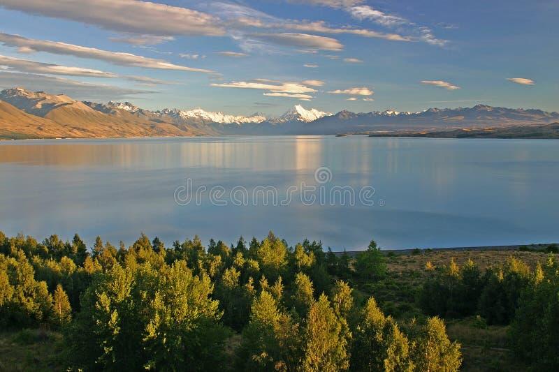 Lac Pukaki avec le cuisinier de Mt. image stock