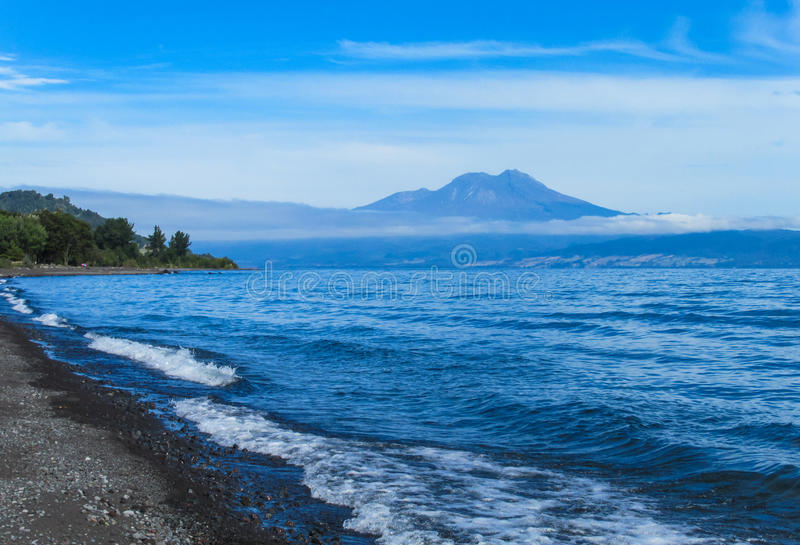 Lac Puyehue et vue de volcan photographie stock