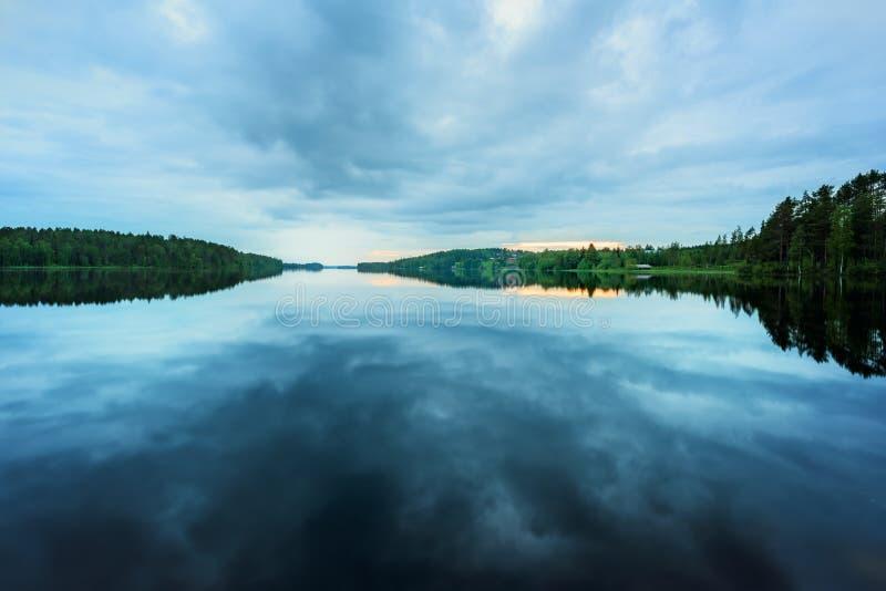 Lac renversant avec le coucher du soleil photographie stock