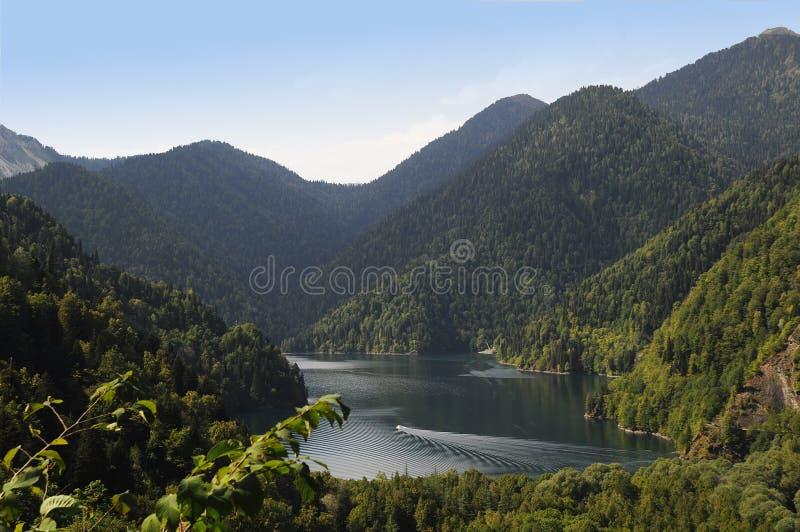 Lac Ritza pendant l'été avec des montagnes photo stock