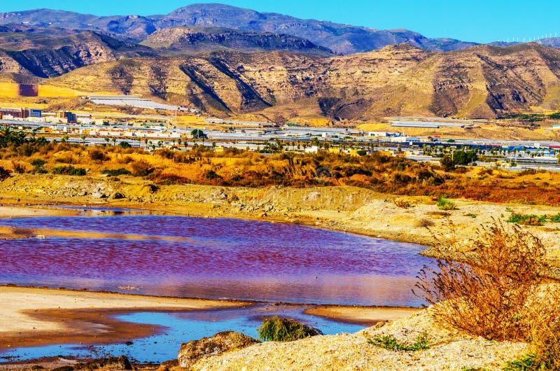 Lac rose en Espagne, phénomène peu commun, influence minérale sur le wat image stock