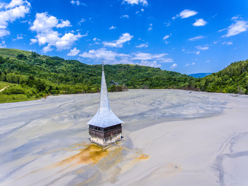 Lac Rosia Montana Geamana et église inondée DIS environnemental images stock