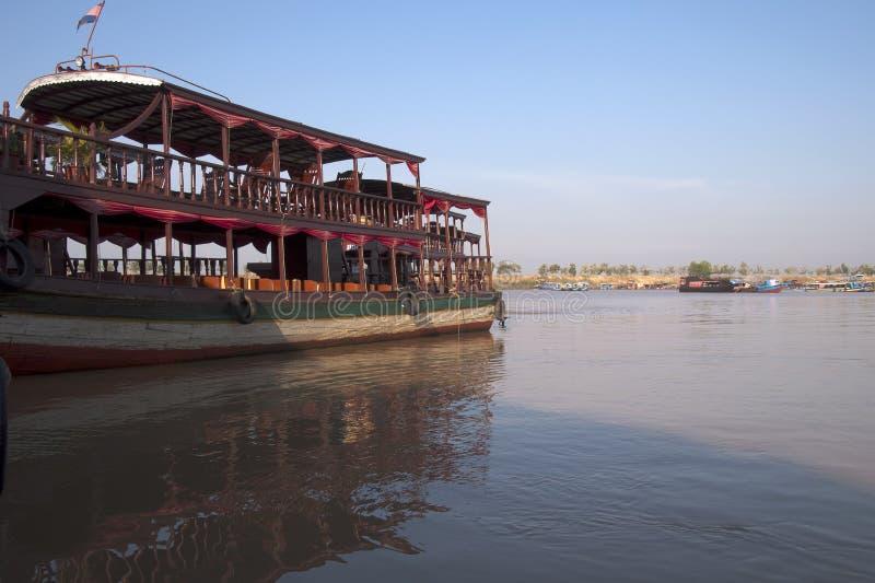 Lac sap de Tonle, bateau guidé amarré au pilier images stock