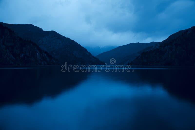 Lac Sary Chelek en le Kyrgyzstan, scène de nuit image stock