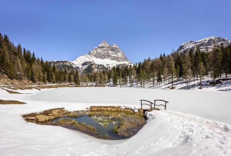 """Lac scénique Atorno avec la crête de Tre Cime di Lavaredo en hiver ital Lago d """"Atorno, dolomites, Italie photographie stock"""