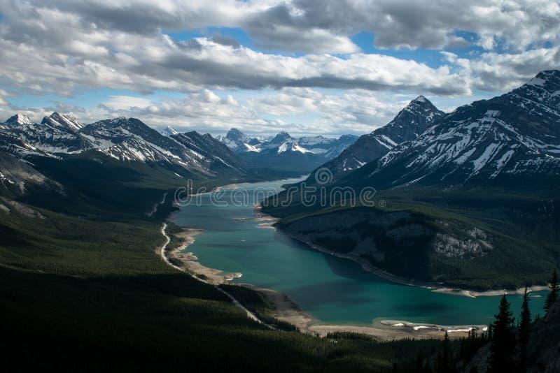 Lac se pliant autour de la montagne image stock