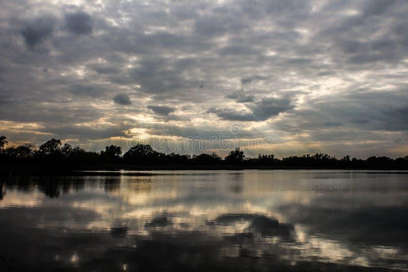 Lac se reflétant photo libre de droits