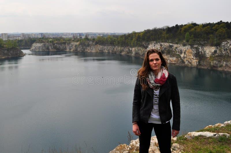 Lac se tenant prêt young woman photographie stock libre de droits