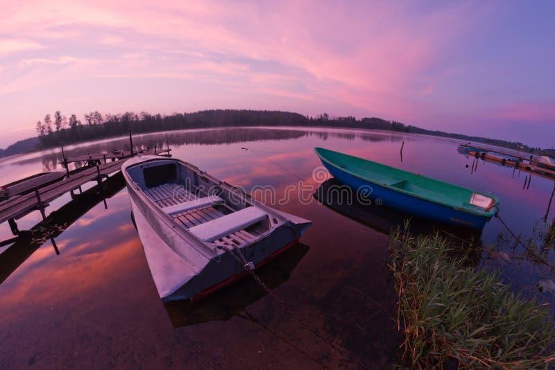 Lac Seliger : lever de soleil de bateaux photos stock