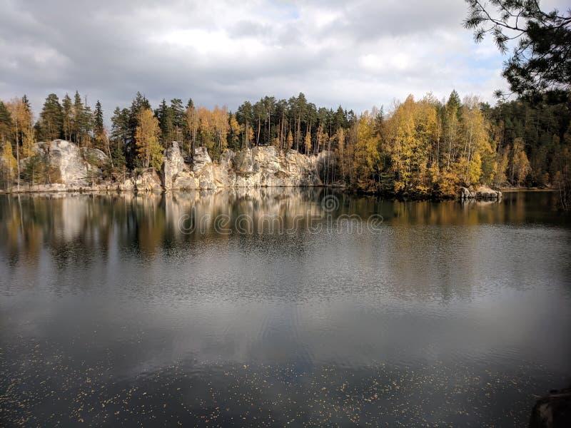 Lac situé entre des roches photographie stock libre de droits