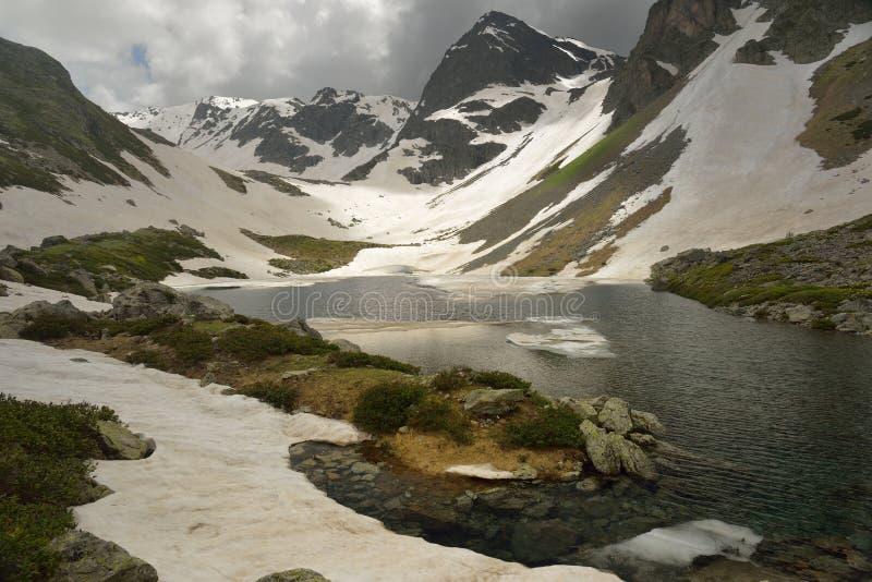 Lac sombre photographie stock