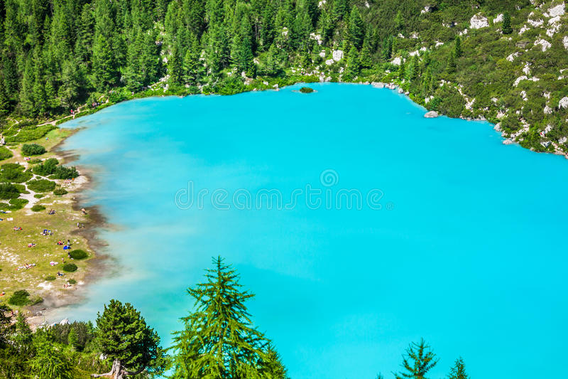 Lac Sorapis de turquoise dans Cortina d'Ampezzo, avec la dolomite Moun photographie stock libre de droits