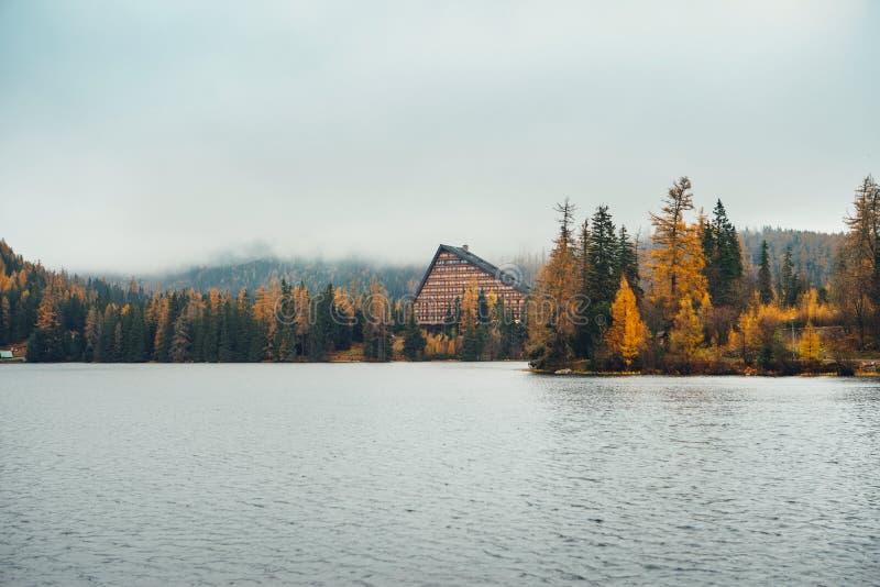 Lac Strbske Pleso en haute montagne de Tatra, Slovaquie photographie stock libre de droits
