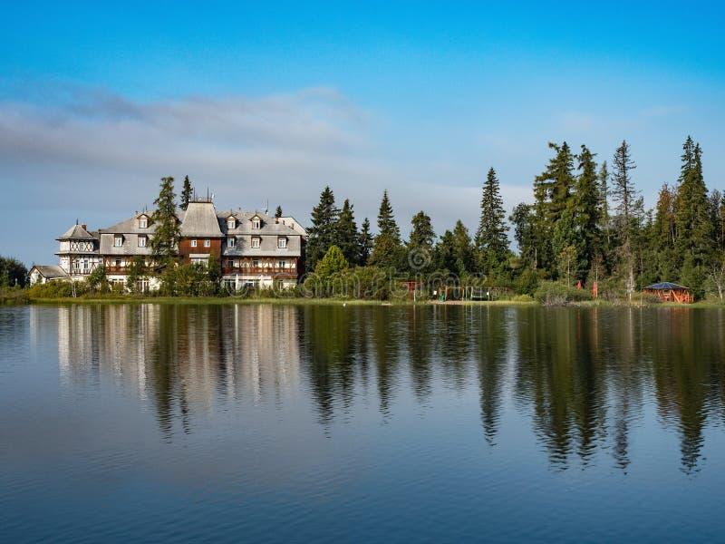 Lac Strbske Pleso mountain en parc national haut Tatra, Slovaquie, l'Europe Scène de montagne de nature avec le beau lac en Slova photos libres de droits