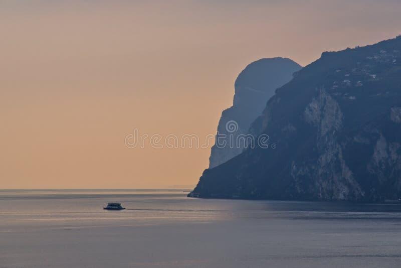 Lac Sunset de Côme, Italie photographie stock