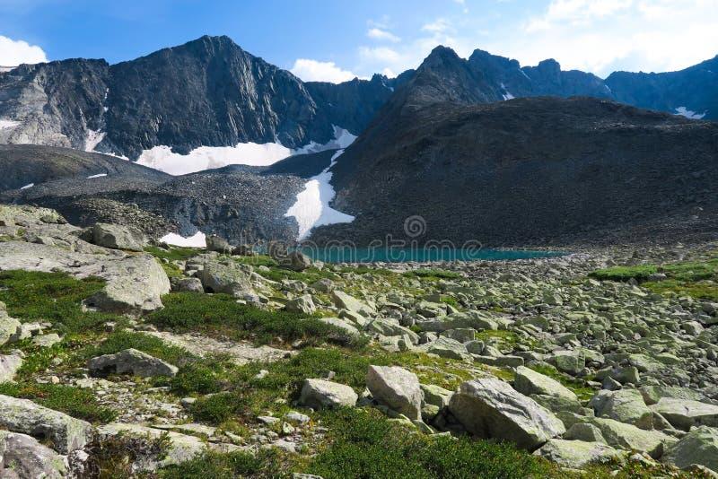 Lac supérieur Akchan Lac de montagne de bleu de turquoise Montagnes d'Altai, Sibérie, Russie photo stock