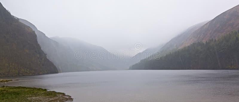 Lac supérieur Glendalough sous la forte pluie photographie stock libre de droits