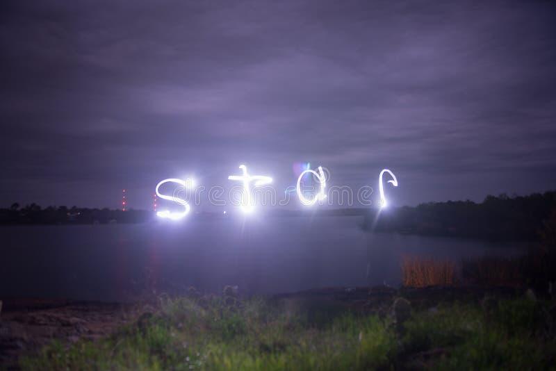 Lac sur lightpainting nuageux de nuit de l'étoile photographie stock