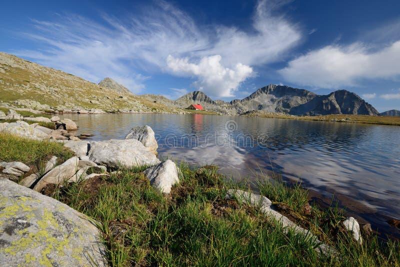 Lac Tevno en montagne de Pirin, Bulgarie images libres de droits