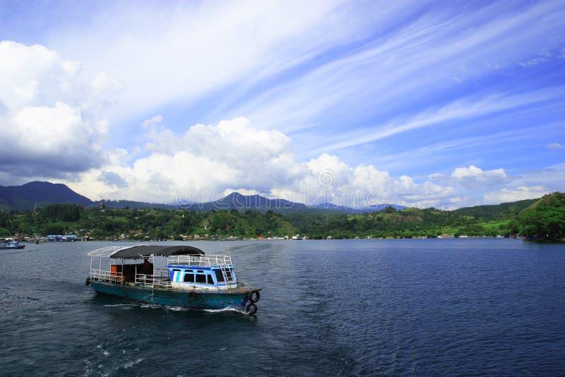 Lac Toba et son bateau de traditonal photos stock