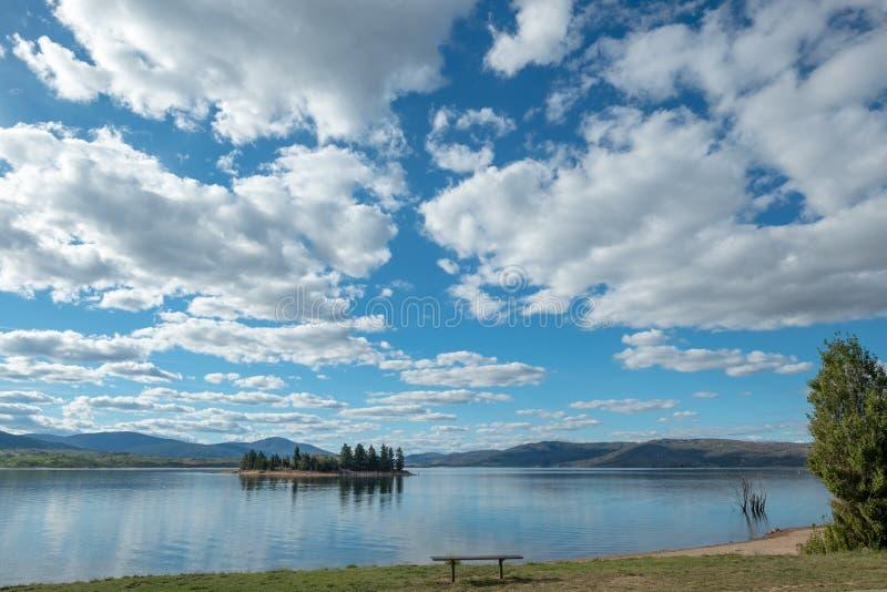 Lac tranquille Jindabyne et beau cloudscape, NSW, Australie photographie stock