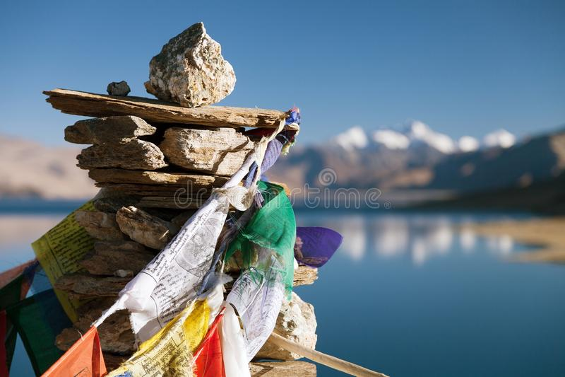Lac tso Moriri avec des drapeaux de prière photos stock