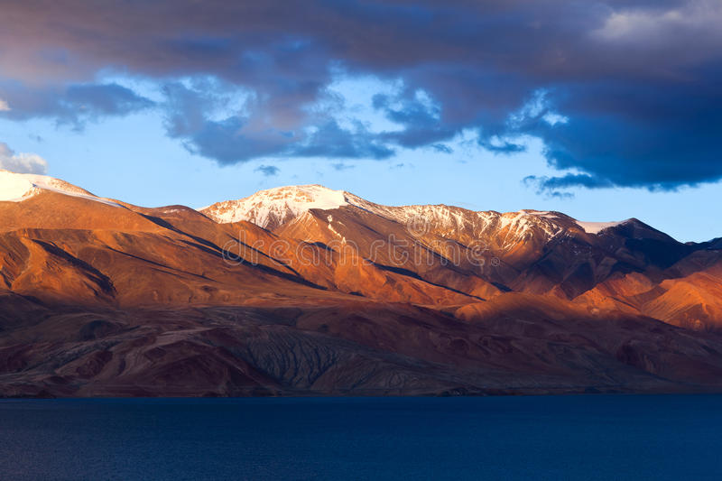 Lac tso Moriri dans Ladakh, Jammu-et-Cachemire, Inde du nord photos stock