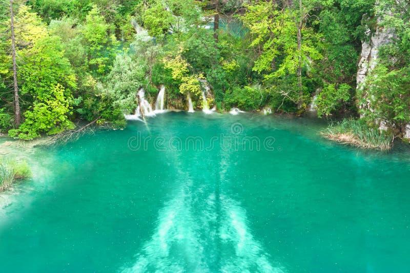 Lac turquoise avec de petites cascades à écriture ligne par ligne images libres de droits