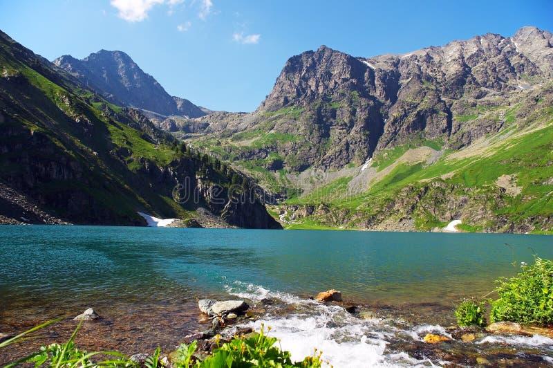 Lac turquoise dans les montagnes. images libres de droits