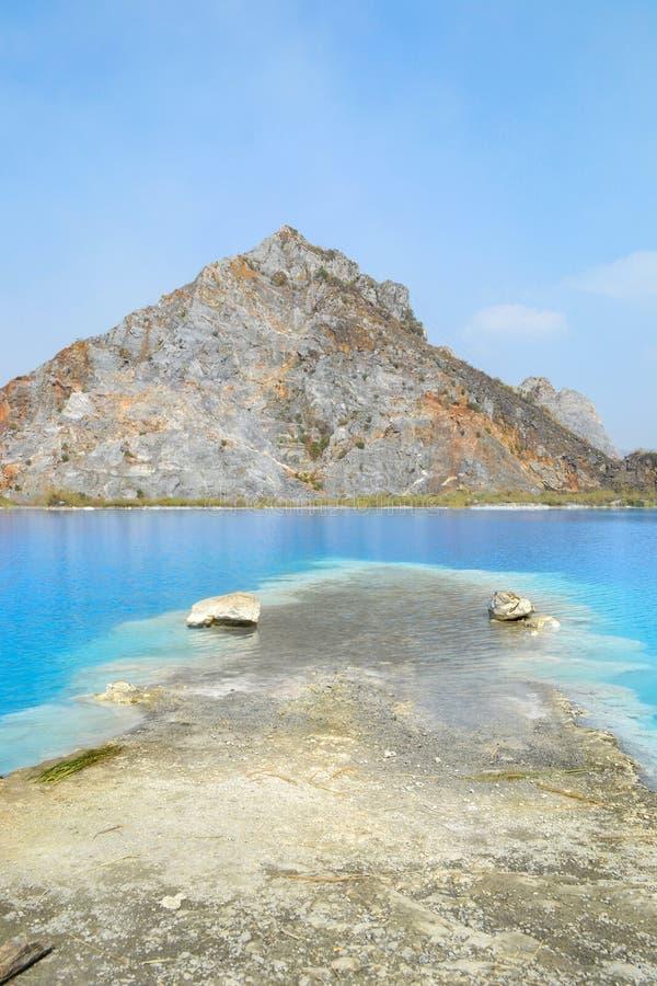 Lac tuyet Tinh Coc, lac bleu de couleur naturelle à la montagne de fils de Trai, Haïphong, Vietnam images libres de droits