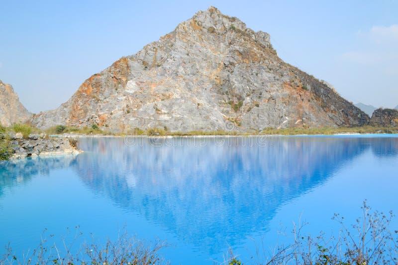 Lac tuyet Tinh Coc, lac bleu de couleur naturelle à la montagne de fils de Trai, Haïphong, Vietnam photos libres de droits