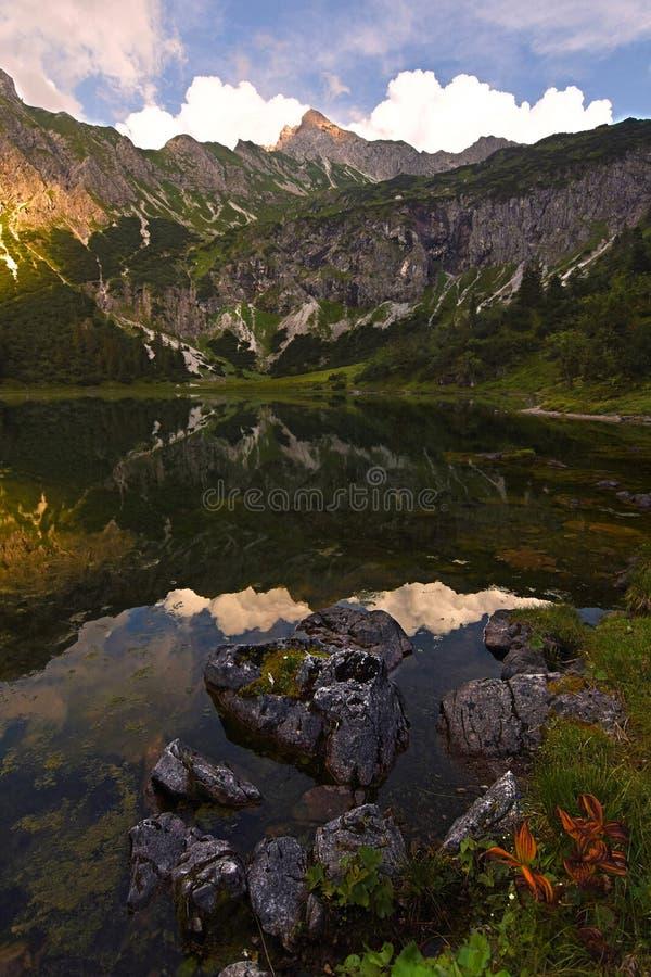 Lac Unterer Gaisalpsee au coucher du soleil avec la végétation colorée d'Oberstdorf, Bavière Allemagne photos stock